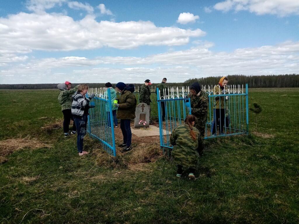 Молодые прихожане храма под Вязьмой заботятся о месте захоронения партизан