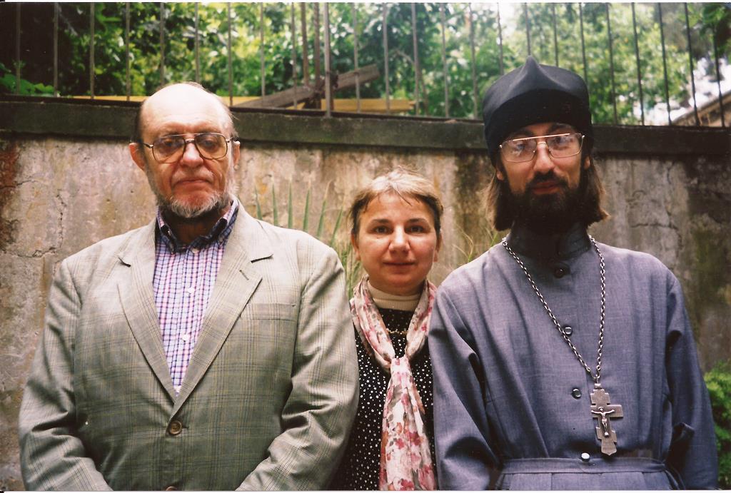11. Никольский приход в Риме, 21 мая 2001, с проф. Б.А. Успенским и Т.Ф. Владышевской.jpg