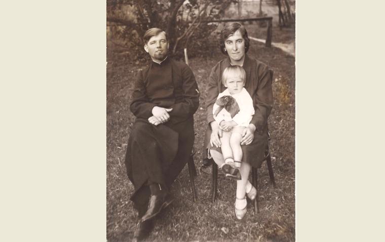 1931 г. прот. Стефан, матушка Надежда с сыном Всеволодом.png