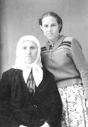 Нина Федоровна Санталова с дочерью Надей, будущей схимонахиней Артемией